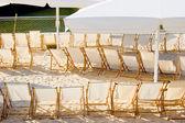 Reihe von stühlen am strandcafé — Stockfoto