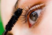 Linda mulher aplicar rímel no olho com escova — Foto Stock