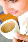 красивые улыбается женщина, пить кофе — Стоковое фото