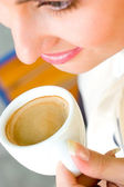 Beautiful smiling woman drinking coffee — ストック写真