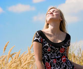 Beautiful girl dreaming over blue sky — Stock Photo