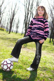 Vrij klein meisje spelen met de bal — Stockfoto