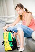 Kolegium dziewczyna otwarcie plecak — Zdjęcie stockowe