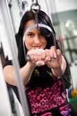 Jonge vrouw in de sportschool — Stockfoto