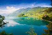 Lago de la majestuosa montaña en suiza — Foto de Stock