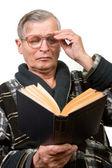 Oudere man lezen van een boek — Stockfoto