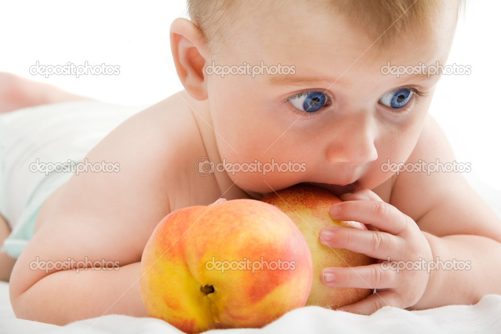 Adorable kid with two fresh orange peaches — Stock Photo #10185871