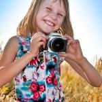 garota tirando foto com câmera slr — Foto Stock