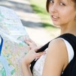joven sosteniendo el mapa de la ciudad — Foto de Stock