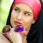 modieuze jonge brunette met zonnebril — Stockfoto