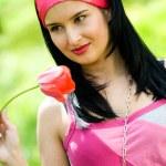 sexy brunette met rode tulip — Stockfoto