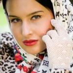mooie jonge brunette dragen Bandana — Stockfoto