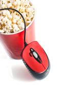 Rojo alto bol con palomitas de maíz con el ratón de la computadora — Foto de Stock