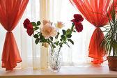 μπουκέτο τριαντάφυλλα στη στρωματοειδή φλέβα παραθύρων — Φωτογραφία Αρχείου