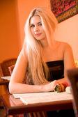 Rubia en restaurante — Foto de Stock