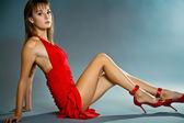 Verleidelijke jonge vrouw dragen korte jurk — Stockfoto
