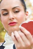 Молодая женщина, применения косметики на губах — Стоковое фото