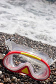 Diving mask on graveled sea shore — ストック写真