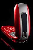 赤い携帯電話ένα ρολό ψωμιού σε χαρτοπετσέτα στο ξύλινο τραπέζι — ストック写真