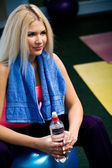 Beautiful young blonde in fitness club — Stock Photo
