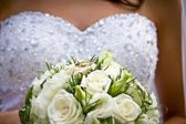 Bride holding flower bouquet with wedding rings — Foto de Stock