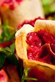 Les rouleaux sur un plat végétarien — Photo