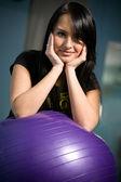 在健身房锻炼球与年轻黑发 — 图库照片