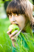 Young woman eating green apple — Foto Stock