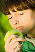 Pretty teenager girl with apple — Stockfoto