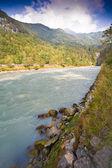 Streaming działa w górskiej dolinie rzeki — Zdjęcie stockowe