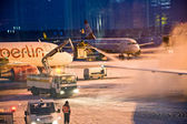 AIRPORT COLOGNE, GERMANY - WINTER 2010: Airport workers defrosti — Foto Stock