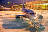 AIRPORT COLOGNE, GERMANY - WINTER 2010: Airport workers defrosti — Stockfoto