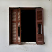 Broken window shutter — Stockfoto