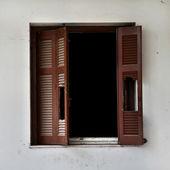 Kırık pencere panjur — Stok fotoğraf