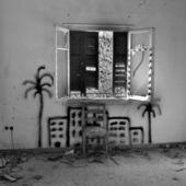 Sedia sotto la finestra rotta — Foto Stock