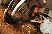 Mujer pelando papas para una cocina muy pequeña — Foto de Stock