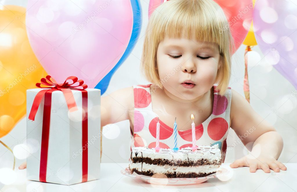 Little girl celebrates birthday — Foto Stock #9083112