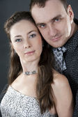 Relaciones de las parejas amorosas en solemne ropa en un bac blanco — Foto de Stock
