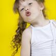 danças de menina alegre em um fundo amarelo — Foto Stock