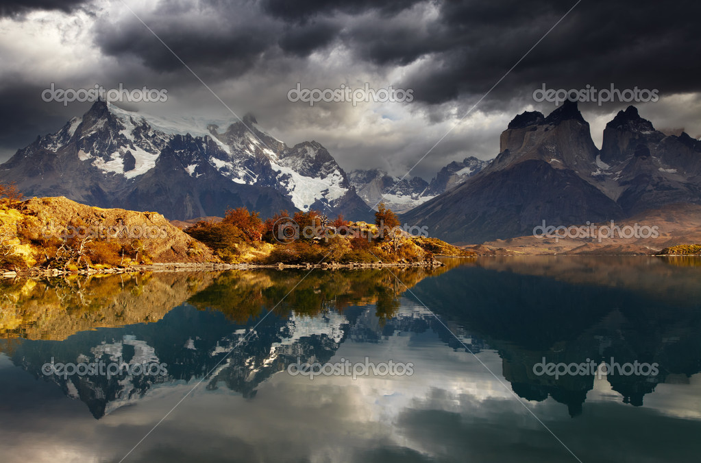 Sunrise in Torres del Paine National Park, Lake Pehoe and Cuernos mountains, Patagonia, Chile — Stock Photo #10070722