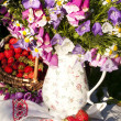 Strawberries and  bouquet of  flowers — Foto Stock