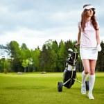 Симпатичная женщина гольфист на паттинг-грине — Стоковое фото