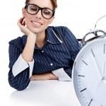 Retrato de mujer responsable con el reloj en la oficina — Foto de Stock