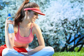 красивые фитнес женщина питьевой воды — Стоковое фото