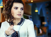 Charming sexy woman in black clothes sits at magnificent cafe — Stock Photo