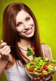 Feliz mulher saudável com salada sobre fundo verde — Foto Stock