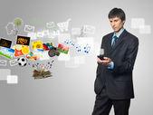 Uomo d'affari utilizzando il telefono cellulare touch screen con immagine in streaming — Foto Stock