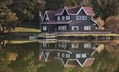 Dům u jezera — Stock fotografie