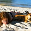 fille et chien au repos à la plage — Photo
