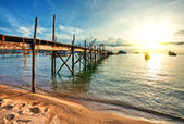 Wooden pier and boats in sunset lights — Stockfoto